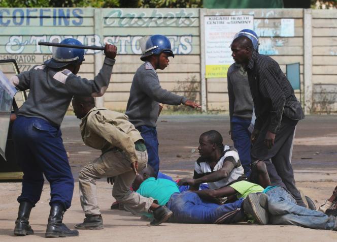 La police réprime des manifestants dans les rues d'Harare qui dénoncent la corruption policière, le 4 juillet 2016.