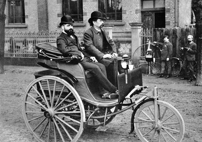 La «Patentwagen» de 1887,version améliorée de la voiture à moteur de 1886 avec, au volant, son concepteurKarl Benz.