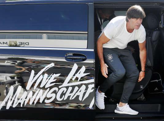 Joachim Löw sort de sa réunion avec l'agence tous risques, le 4 juillet à Evian.