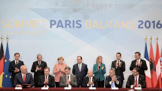 Les chefs d'Etat et de gouvernement de de six pays, candidats ou ayant déjà entamé leurs négociations d'adhésion (Albanie, Bosnie-Herzégovine, Kosovo, Macédoine, Monténégro, Serbie), et d'Etats membres, à Paris, lundi 4 juillet 2016.