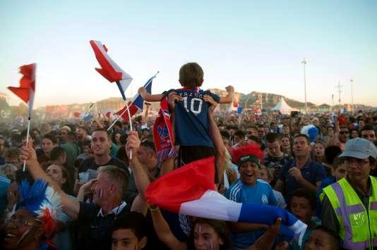 Dans la fan-zone de Marseille, dimanche 3 juillet, lors de France-Islande.