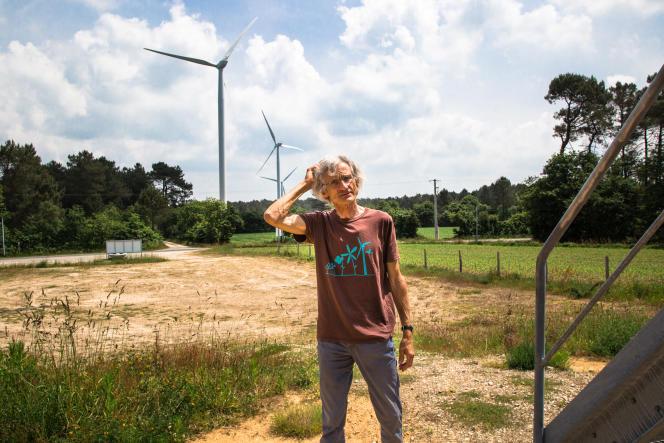 Michel Leclercq, enseignant et sculpteur, est à l'initiative du premier parc éolien financé par des habitants, dans la commune morbihannaise de Béganne.