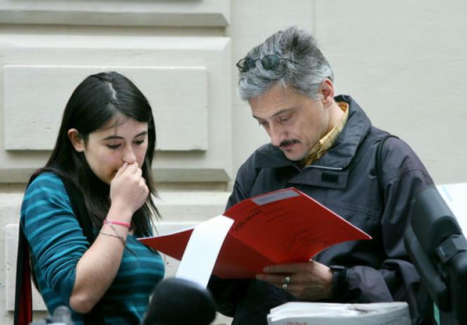 Une lycéenne découvre avec son père le détail de ses notes au baccalauréat, en juillet 2007 au lycée Molière à Paris. AFP/THOMAS COEX
