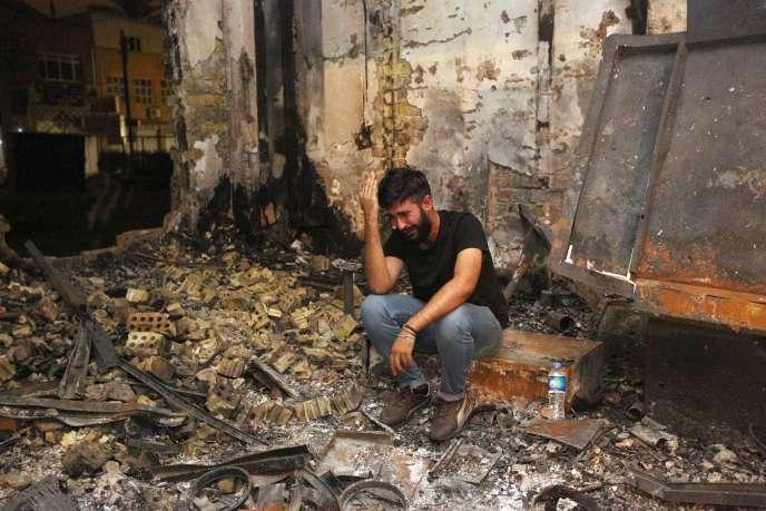 Un homme qui a perdu son frère revient, lundi 4 juillet, sur les lieux de l'attentat qui a frappé Bagdad deux jours plus tôt.