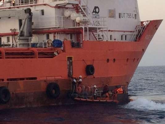 Les 116 migrants descendent un à un l'échelle qui leur permet d'atteindre le canot venu de l'«Aquarius» pour les récupérer.