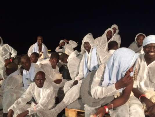 Sur le pont arrière de l'«Aquarius», les 109 hommes et adolescents du groupe de migrants transbordés le 4 juillet respirent enfin après un long périple.