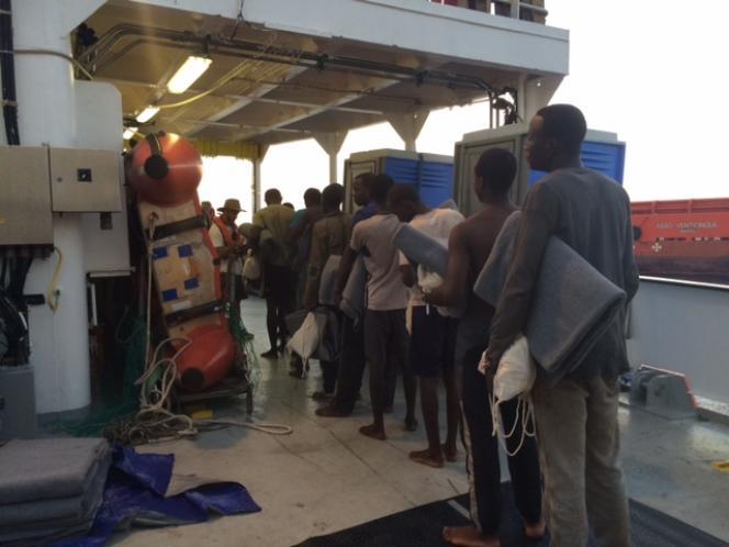 A bord de l'« Aquarius», la distribution d'un kit d'urgence, puis le pointage des âges et des nationalités par MSF.