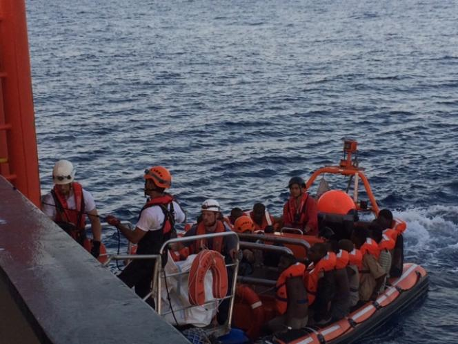 Le canot ramène les premiers migrants transbordés.