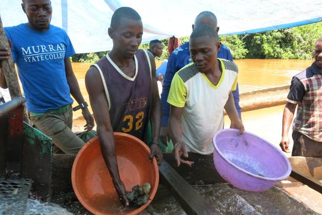 Sur une drageuse artisanale de la rivière Ulindi, à l'est du Congo, les orpailleurs séparent l'or du sable avec du mercure hautement polluant.