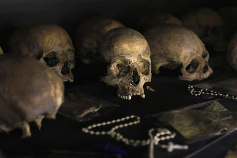 Des crânes humains de victimes du génocide, exposés au Kigali Genocide Memorial Centre. Les effets personnels retrouvés à côté des corps sont aussi là, en l'occurence des crucifix.
