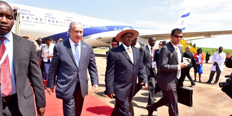 Le premier ministre israélien, Benyamin Nétanyahou (à gauche), au côté du président ougandais, Yoweri Museveni (à droite), après son arrivée à l'aéroport d'Entebbe, le principal aéroport d'Ouganda, le4juillet.