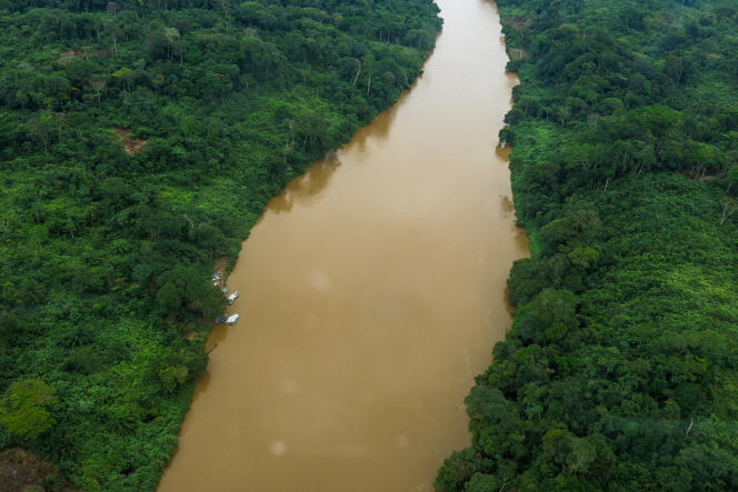 La rivière Ulindi, à l'est du Congo, charrie de l'or dans ses alluvions. Mais elle est aussi infestée de groupes armés, les Raia Mutumboki, qui rançonnent les orpailleurs et que la société chinoise Kun Hou a payés pour qu'ils la protègent.