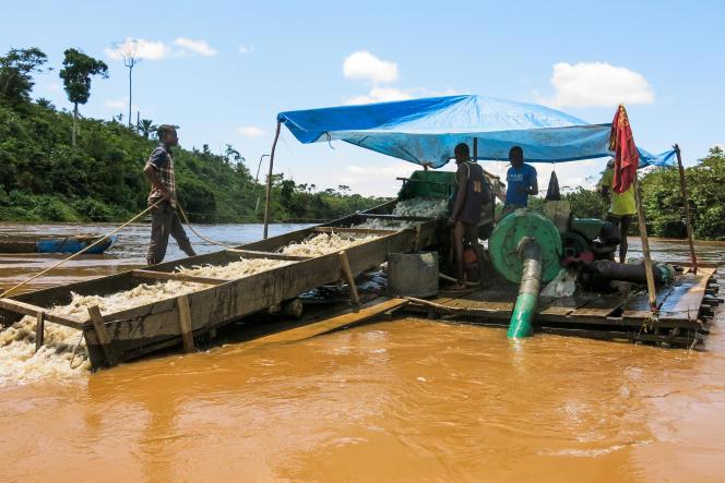 Une « dragues suceuses » sur la rivière Ulindi. Elle aspire les sédiments alluviaux par un simple tuyau qu'un plongeur enfonce dans le gravier, à trente mètres de profondeur. Les sédiments remontés à la surface sont déversés sur une sorte de tapis. Les particules fines qui s'y trouvent sont amalgamées par l'équipe de lavage à l'aide de mercure. Après la combustion de l'amalgame, l'or pur peut être récupéré, environ 30 grammes par jour.