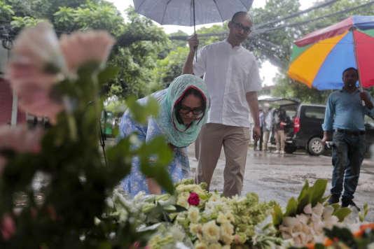 Des Bangladais viennent déposer des fleurs devant le restaurant Holey Artisan à Dacca.