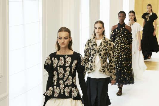 La garde-robe moderne et gracieuse de Christian Dior.