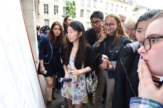 Des lycéens regardent les résultats du bac devant le lycée Louis-le-Grand, à Paris.