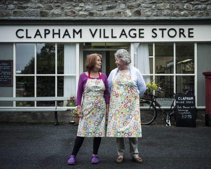 Jill Buckler, 73 ans, (à gauche) a voté « in », tandis que sa collègue à l'épicerie de Clapham était opposée au maintien au sein de l'UE.