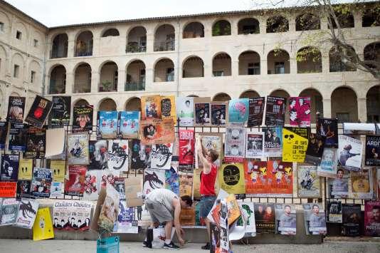 Jusqu'au 30 juillet dans la nuit, tous les murs et toutes les grilles de la ville sont littéralement recouvertes d'affiches par les troupes qui cherchent toutes à tirer leur épingle du jeu.