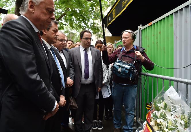 Le rapporteur de la commission, le député PS Sébastien Pietrasanta (au centre) , et son président, le député LR Georges Fenech (à gauche), devant le Bataclan, le 20 juin.