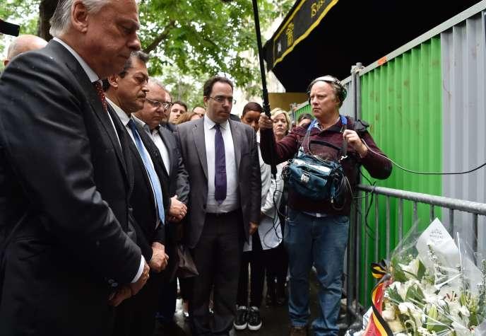 Des membres de la commission sur le terrorisme se recueillent devant le Btaclan le 20 juin :Patrick Dewael, Georges Fenech, Sebastien Pietrasanta.