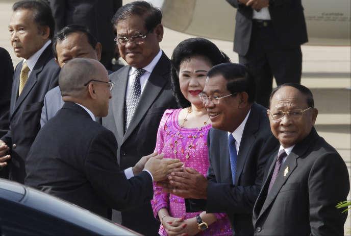 Le roi du Cambodge, Norodom Sihamoni (à gauche), est salué par le premier ministre, Hun Sen (deuxième en partant de la droite), et son épouse, Bun Rany, à l'aéroport international dePhnom Penh, le 5 juillet 2016.