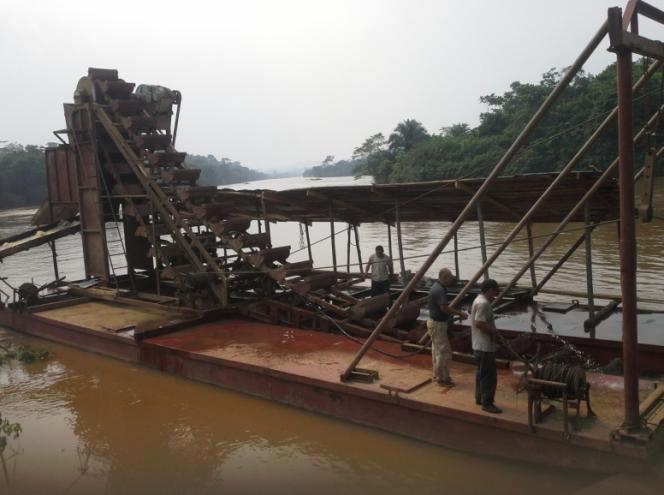 L'une desquatre dragues dotées de « chaînes à godets » amenées à Shabunda par la société chinoise Kun Hou Mining . La chaîne à godets peut atteindre une profondeur de 15 mètres. Chaque drague produit entre 10 et 20 kg d'or par mois.