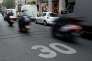 Limitation de vitesse à 30 km/h dans une rue de Paris en 2015.