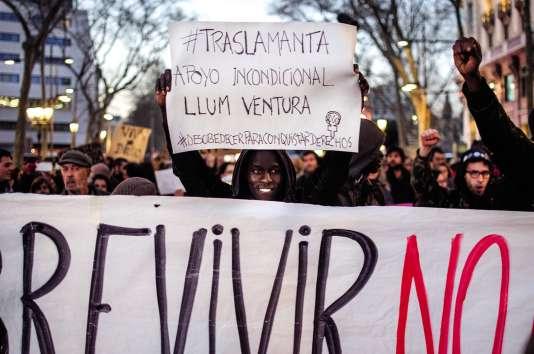Le 12 mars dernier, des vendeurs de rue et des sympathisants ont manifesté, brandissant des pancartes de soutien à Llum Ventura, conseillère municipale favorable à leur cause.