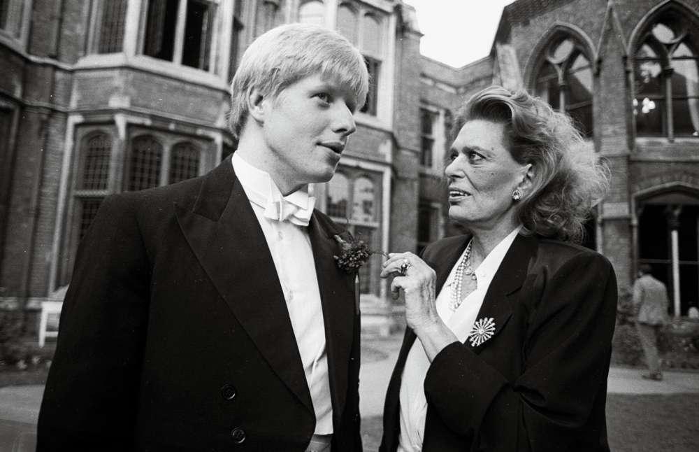 [Chronique] L'homme du Brexit ne sera pas Premier ministre du Royaume-Uni. Dommage, on en aurait pris plein les yeux : en 1985, à 21 ans, il avait déjà un sacré style. Fils de la haute, élève brillant, passé par Eton, Boris Johnson se pavane désormais à Oxford, où il ne respecte aucune règle. Sauf celles du Bullingdon « Binge Drinking » Club. Dans ce club ultrasélectif, ultra-élitiste, on suit le dress-code white tie et l'on porte une queue-de-pie marine sur une chemise à col cassé. Pour aller ensuite picoler, fracasser des chambres d'hôtel ou brûler des billets de 50 dollars devant des mendiants. Elégance, quand tu nous tiens…
