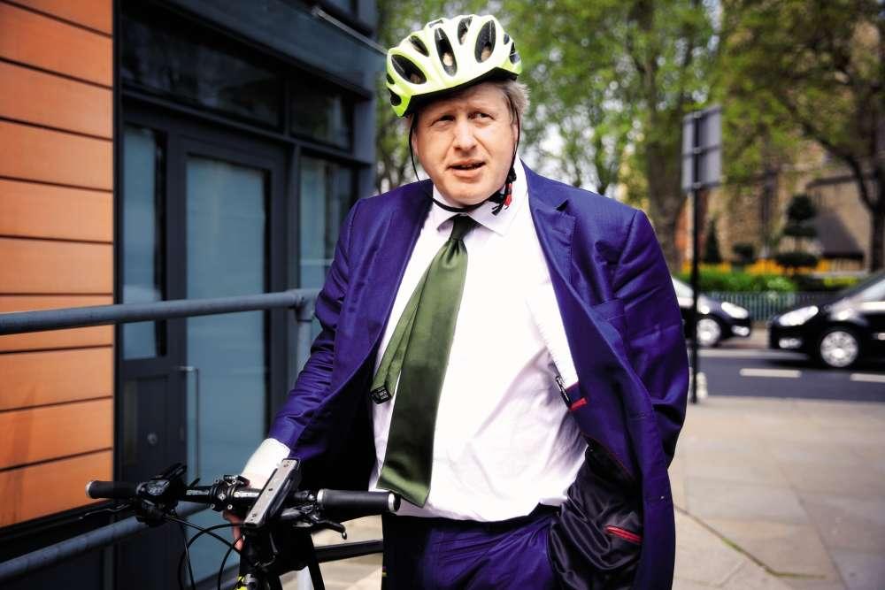 2016, BAS LES CASQUES ! Les coups pleuvent enfin. Héros du Brexit, premier ministre avorté et provocateur dépassé par son personnage, Boris Johnson est devenu l'homme le plus détesté d'Angleterre. Autant dire que tout va de travers pour lui. Même son casque. Même sacravate. Que faudrait-il pour que les choses se redressent ? Que Johnson troque son nœud de cravate demi-Windsor, naturellement asymétrique et toujours susceptible de faire pencher la cravate, pour un nœud symétrique – le Windsor, par exemple. Pour le reste ? On ne voit pas. Et on n'a même pas envie de voir.