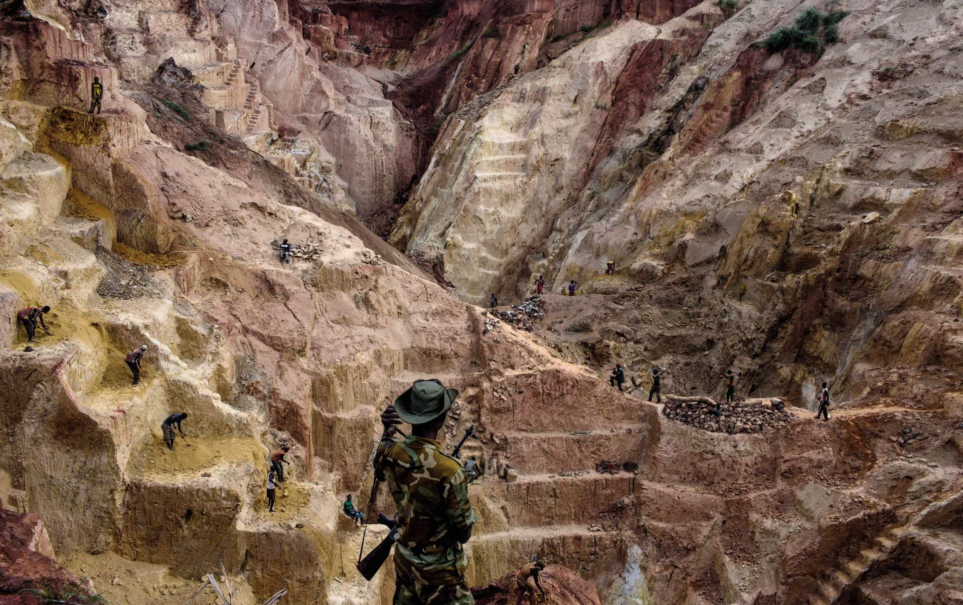 Déchirée par les massacres entre communautés chrétienne et musulmane, ainsi que les conflits nés de l'exploitation de ses ressources minières, la RCA peine à se sortir du chaos. La mine d'or de Ndassima, près de la ville de Bambari, est la plus importante de Centrafrique. Des centaines de mineurs y produisent près de 15 kg d'or par mois. Elle est contrôlée par le général Ali Daras, ancien membre de la rébellion Séléka, qui protège les mineurs contre paiement.