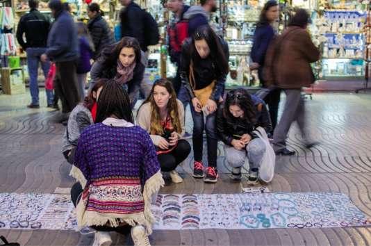 Des centaines de vendeurs à la sauvette sont installés face au port de plaisance de Barcelone.