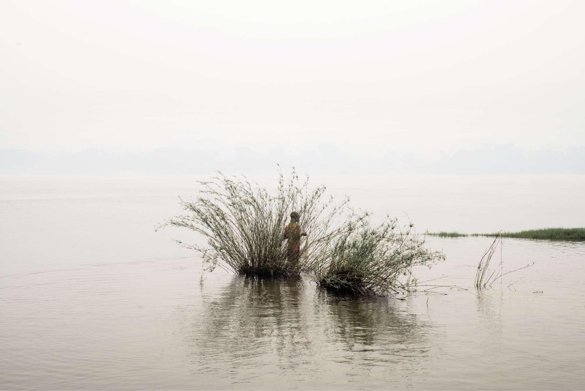 Un jeune pêcheur dans la rivière Oubangui.