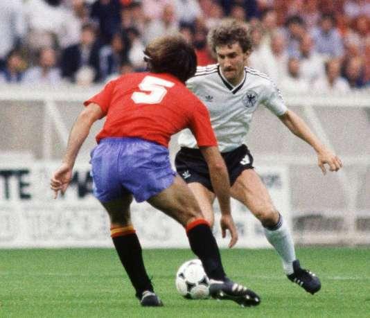 L'Allemand Rudi Völler tente de dribbler l'EspagnolVermelinho lors de l'Euro 1984 au Parc des Princes, à Paris.