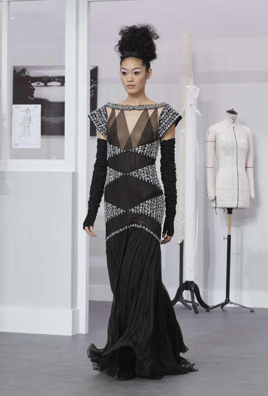 Chez Chanel, les épaules graphiques rappellent des esthétiques familières en évitant la citation littérale.