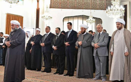 Le président syrien, Bachar Al-Assad, en train de prier à la mosquée, le 6 juillet.