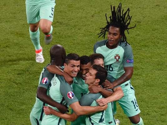Cristiano Ronaldo avec ses coéquipiers après le but de l'attaquant et capitaine de la sélection portugaise contre le Pays de Galles, en demi-finales, le 6 juillet, à Lyon.