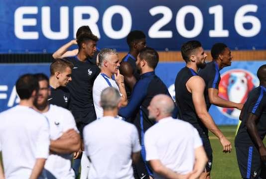 Didier Deschamps au milieu des joueurs de l'équipe de France, le6juillet à Marseille.