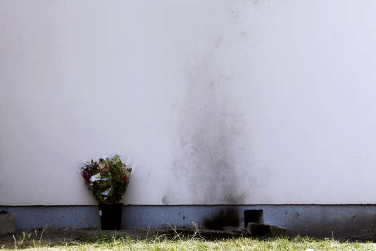 Les traces laissées par l'immolation d'un employé de France-Telecom près de son lieu de travail à Merignac (Gironde) le 26 avril 2011.