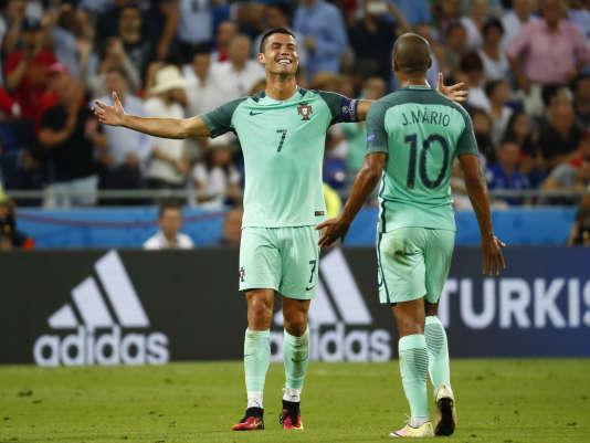Cristiano Ronaldo avec Joao Mario à l'issue de la demi-finale contrele Pays de Galles, le 6 juillet, à Lyon.
