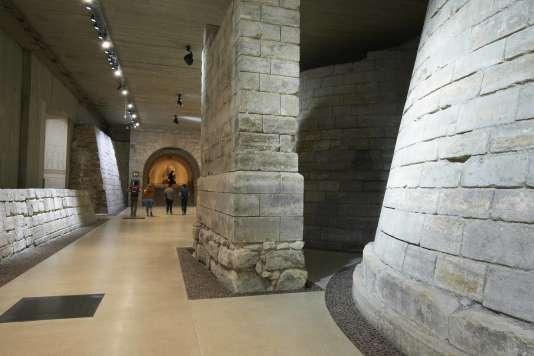 Louvre médiéval, la forteresse de Philippe Auguste, dégagée lors des fouilles préventives à la construction de la Pyramide, musée du Louvre 2016.