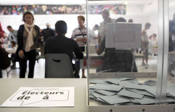 « De nombreux électeurs recherchent le ou la candidate qui offre une quasi-garantie de ce que, choisi(e) au premier tour, il ou elle fera un score sans appel au second» (Photo: bureau de vote lors du second tour des primaires organisées par le Parti socialiste le 16 octobre 2011 à Marseille).