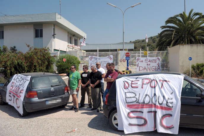 Des militants du Syndicat des travailleurs corses (STC), lors d'une manifestation contre l'Agence régionale de santé, en mai 2011.