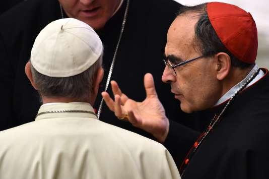Le cardinal Barbarin (à droite) avec le pape François (de dos), le 6 juillet au Vatican.