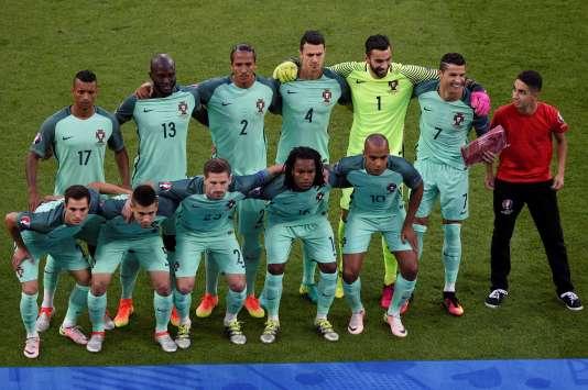 L'équipe du Portugal, et un intrus sur la photo officielle, le 6 juillet à Lyon.