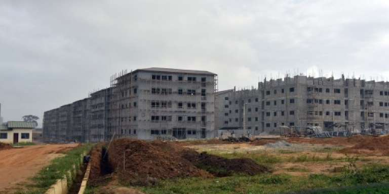 Des logements sociaux près d'Abidjan, en août 2014.