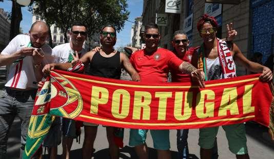 Des supporteurs portugais prennent la pose, à Lyon.