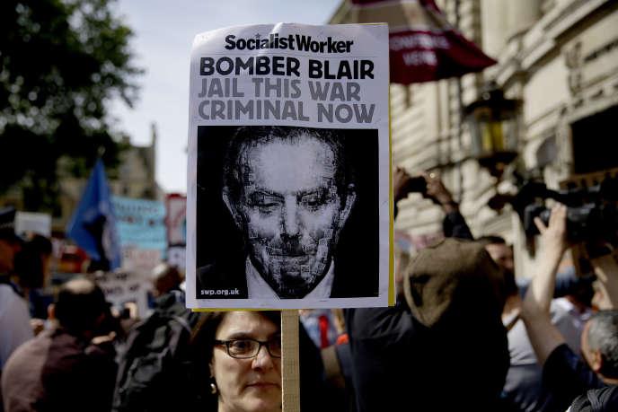 Devant le centre de conférences où devait être présenté le rapport Chilcot sur l'engagement britannique dans la guerre contre le régime de Saddam Hussein, à Londres, le 6 juillet 2016.