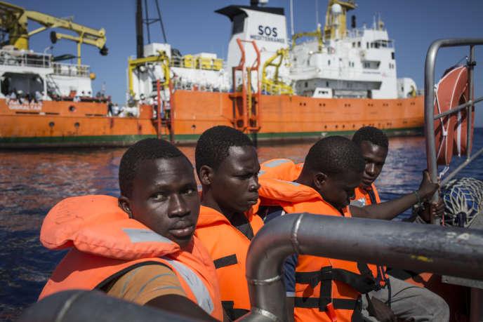 Des migrants secourus par l'equipage de l'«Aquarius» en méditerranée le5juillet2016.