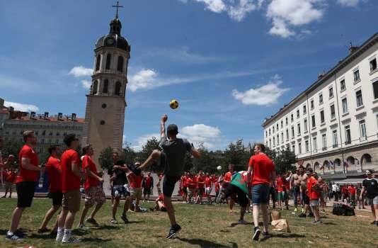 Des supporteurs gallois dans le centre-ville de Lyon, mercredi 6 juillet.